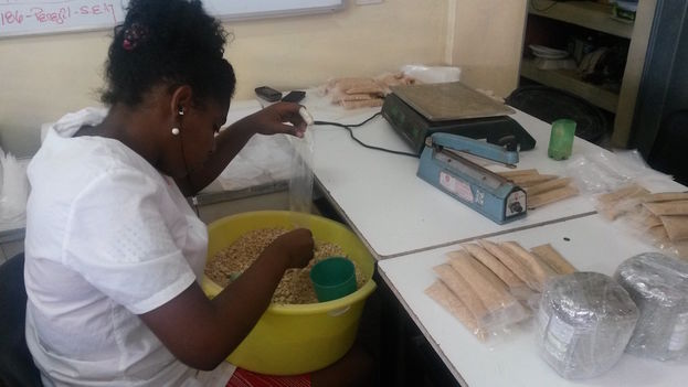 An employee selects and packages spices at Purita Industries. (14ymedio)