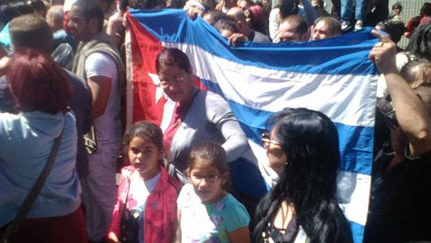 Cubans demonstrating in front the US embassy in Quito, Ecuador, on Friday. (14ymedio)