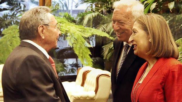 Spanish Foreign Minister José Manuel García-Margallo and Minister of Development, Ana Pastor, greeting Raúl Castro. (EFE / Estudios Revolución)