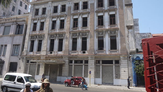 There is a rumor in the neighborhood that the City of Havana Historian, Eusebio Leal, rejected several offers from European companies to repair the Hotel New York. (14ymedio)