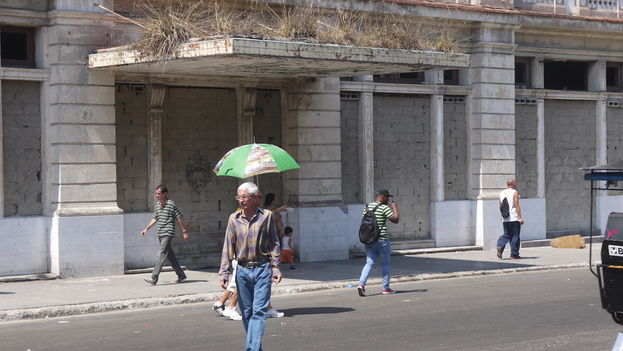 The bricked-up entrance to the Hotel New York, a few yards from the Capitol Building in Havana Capitol. (14ymedio)