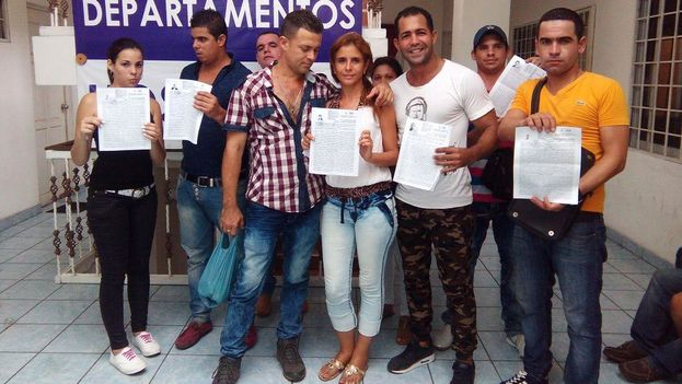 A group of Cubans show the exit permits they received today in Tapachula, Mexico.