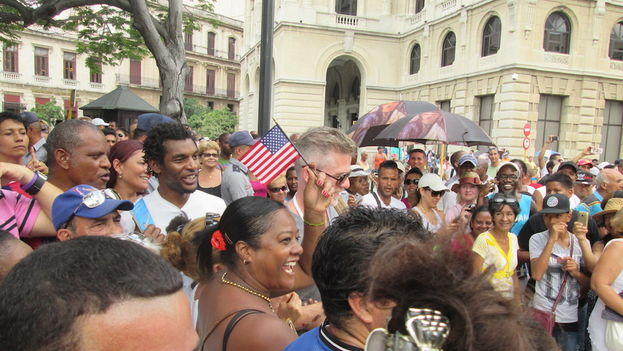 Monday morning the story came to a happy ending when a crowd cheered the 'Adonia' entering the port of Havana with Cuban and US flags. (14ymedio)