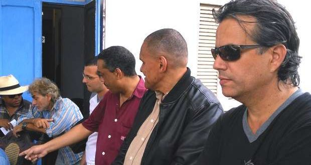 In the homage that the Club of Independent Cuban Writers paid the poet, Rafael Alcides, January 26, 2016, among other independent journalists were Luis Cino (shirt with blue and white stripes), Iván García (dark red shirt) and Jorge Olivera (black jacket), who was a political prisoner during the Black Spring of 2003.