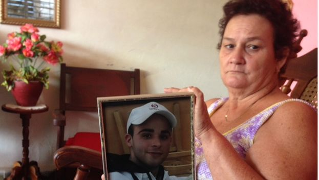 María Magdalena Puente, Alejandro's grandmother, shows a picture of her grandson. (14ymedio)