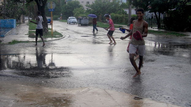 Boys bathing in the rain in Havana. (14ymedio)