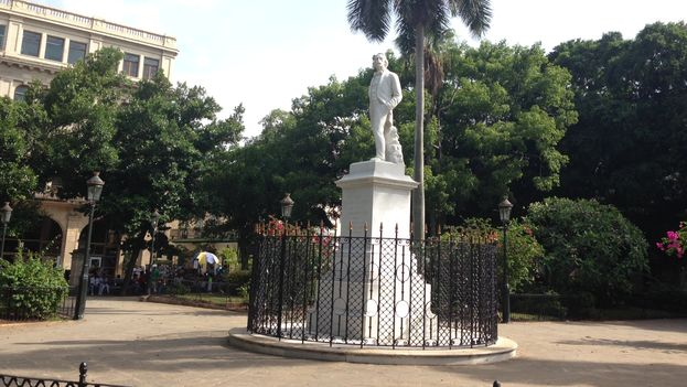 The statue of Carlos Manuel de Céspedes in Old Havana, on Father's Day Sunday without a single flower. (14ymedio)