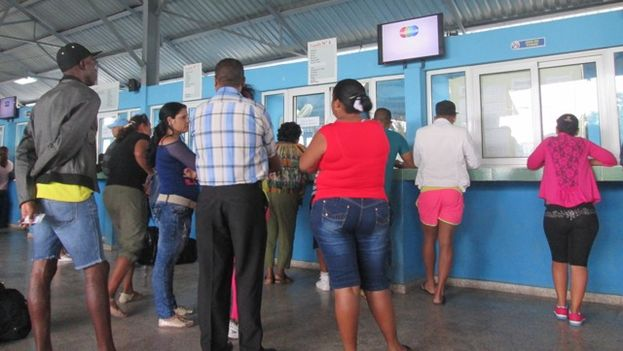 "The ""last minute"" terminal in Havana for the purchase of interprovincial bus and train tickets. (14ymedio)"