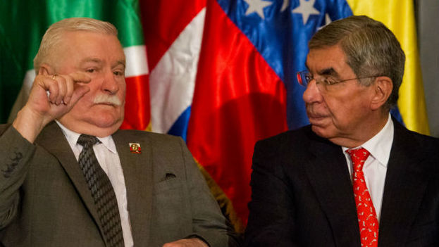 The former president of Costa Rica Oscar Arias (R) with former Polish president Lech Walesa (L). (EFE)