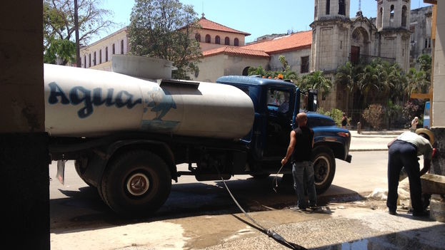 Water supply truck, last April, in Havana. (14ymedio)