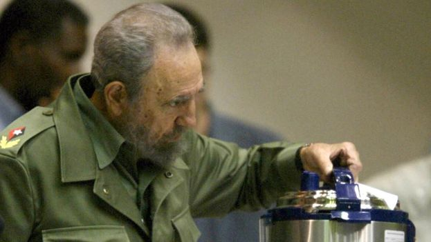 "Former president Fidel Castro with a ""Queen"" brand pressure cooker, made in China. (EFE)"