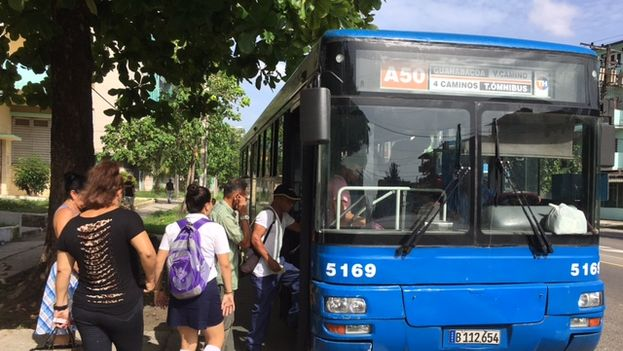 In many neighborhoods bus service changes coincided the beginning of the school year, which has caused a chaos among users. (14ymedio)