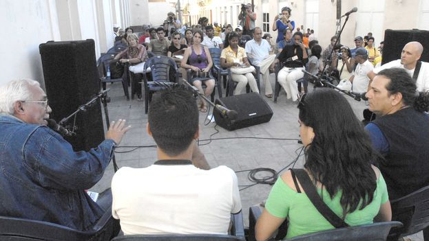 Debate on literature on a street in Santa Clara, with Aristides Vega Chapu, fourth from the left. (Verbiclara)