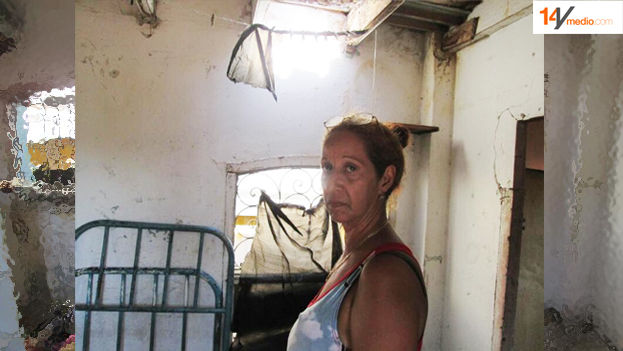 Denise Rodríguez Cedeño shows the deterioration of her home exacerbated by heavy rains in recent days.(14ymedio)