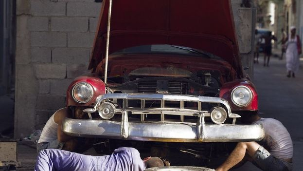 Cuban mechanics working on a car. (File 14ymedio)