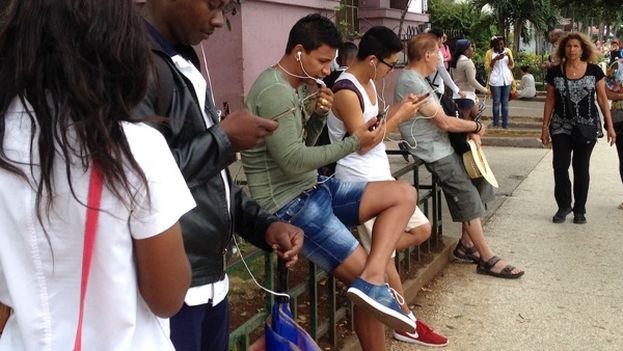 Public WiFi area Internet browsing on La rampa in Havana. (14ymedio)