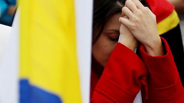 Colombians react after hearing the results of the plebiscite on Sunday in Bogota. (EFE / L. Muñoz)