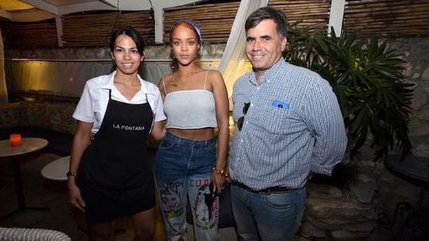 The famous and government higher ups choose private restaurants for their meals in Cuba. Rihanna at the La Fontana paladar. (Twitter)