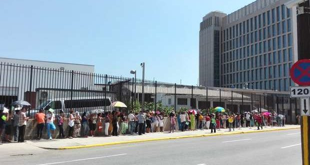 The line outside the US embassy in Havana can be seen Monday through Friday. Source: Faro Trimestral blog.