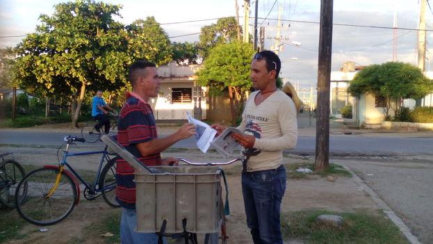 Lazaro Luis Ruiz Echevarria distributing the publication 'Panorama Pinareño' on Calzada de la Coloma. (Ricardo Fernandez / 14ymedio)