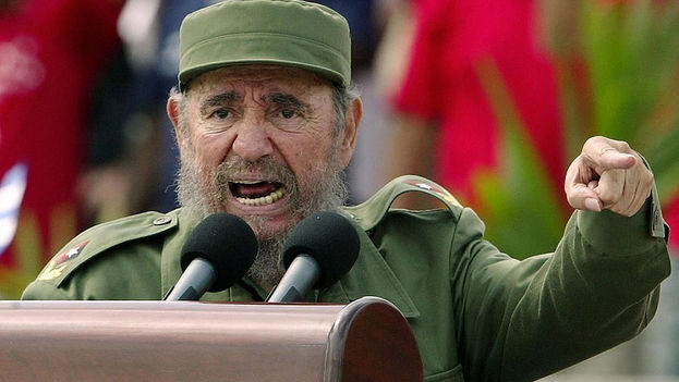 Fidel Castro harangues the crowd. (Archive)