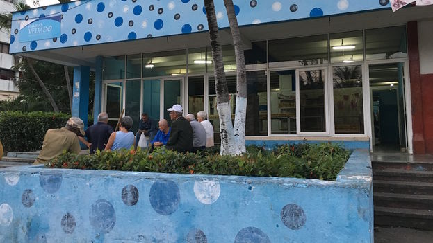 A group of older people waiting for bread talk about the death of Fidel. (14ymedio)