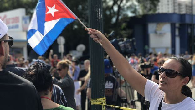 A woman raises a flag to celebrate the end of Fidel Castro (14ymedio).