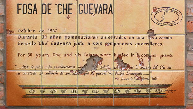 Plaque put in place in 1997 in Vallegrande, Bolivia. (BdG)