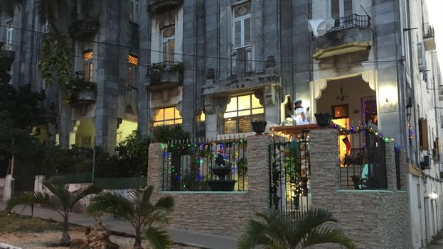 Despite the mourning, some have dared to put up Christmas decorations. (14ymedio)