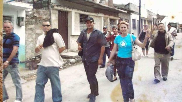 Exiled Cuban activist Ana Perdigon Brito marching through the streets of Santa Clara (14ymedio)