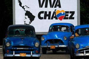 Calles-de-La-Habana-muestran-estrechas-relaciones-entre-los-gobiernos-de-Cuba-y-Venezuela_www.rtve_.es_-300x200