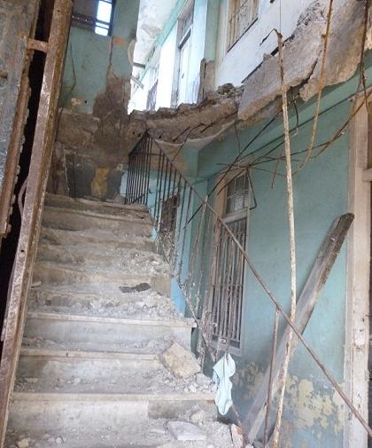 1 El-derrube-en-los-pisos-superiores-puso-en-peligro-la-edificacion-420x505