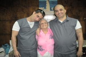 Harold-Alcala-Aramburu-y-Maikel-Delgado-Aramburu-junto-a-su-abuela-de-90-años-Foto-de-Lilliane-Ruiz-300x200