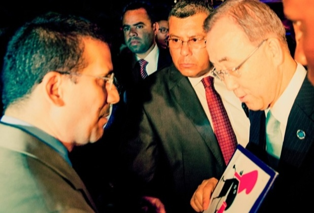 Antonio Rodiles delivers Campaign for Another Cuba documents to Ban Ki-moon
