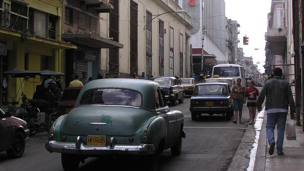 Pedestrians walking in the street in Havana (BdG 14ymedio)
