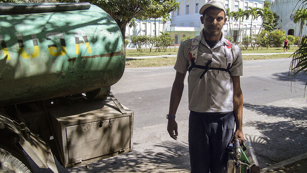 Worker combating dengue fever (14ymedio)
