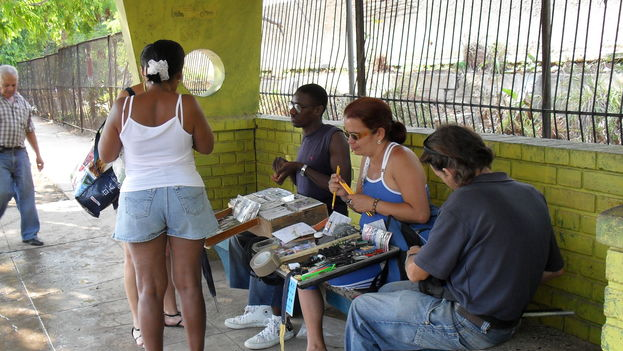 Vendors at a bus stop in Havana (14ymedio)]