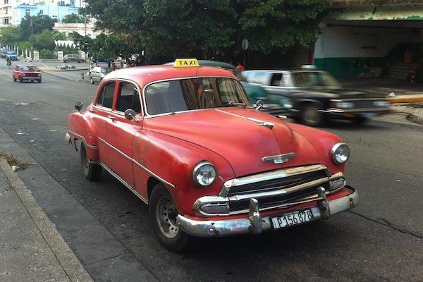 CHEVROLET-1952-EN-SEGUNDO-PLANO-DE-COLOR-NEGRO-CHAIKA-M-14URSS-1977-