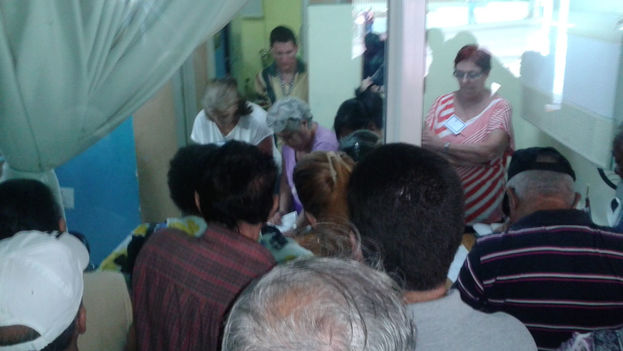Vote count in polling station number 2 of Hildebrand Chaviano's district (14ymedio)