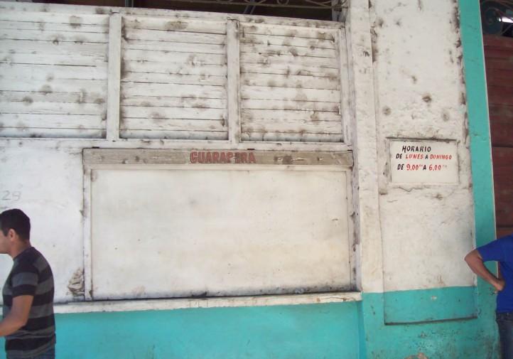 Guarapera-estatal-cerrada-en-horario-laboral.-Foto-P.-Chang-722x505