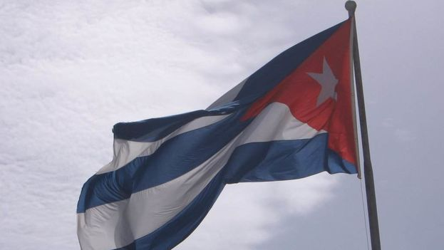 The Cuban flag serves as a symbol of the nation (14ymedio)