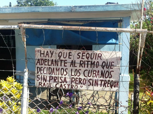 """""""We must advance at the pace we Cubans decide, without haste but without pause."""" Signs on the yard fence at the house of Idelfonso Estevez (photo by the author)"""