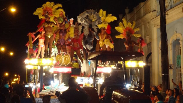 The floats, pulled by tractors, in the festival of San Juan. (14ymedio)