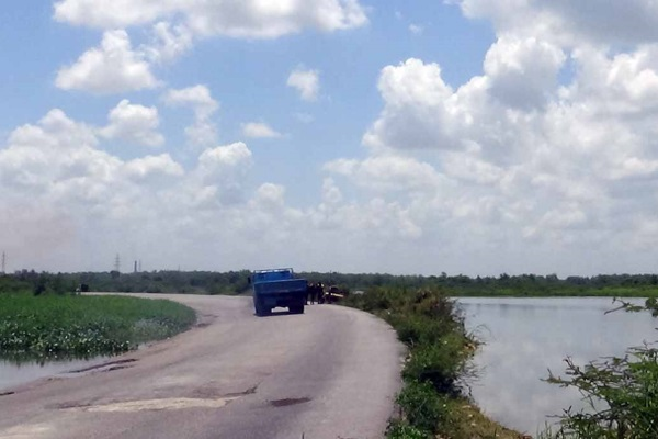Drivers wash trucks and cars in the reservoir (photo by the author)