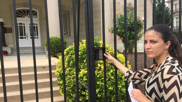 The activist Rosa María Payá in front of the new Cuban embassy in Washington. (Twitter)