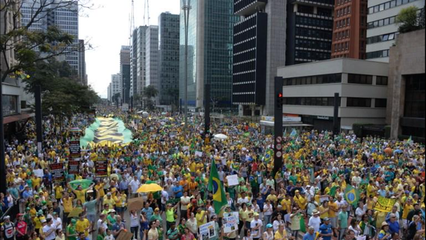 Hundreds of thousands of protesters take to the streets of Brazil to protest against corruption. (Twitter / Telenoticias)