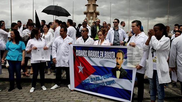 Dozens of Cuban doctors demonstrating this Saturday for a US visa in the Plaza de Banderas, south of Bogota. (EFE / Leonardo Muñoz)
