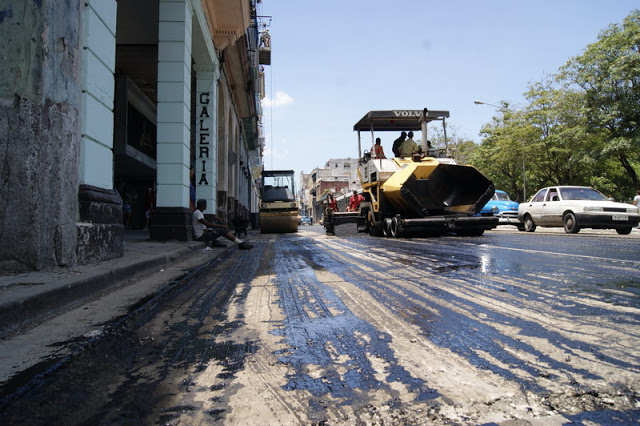 Construction brigades repair Reina Avenue. Photo: Elio Delgado