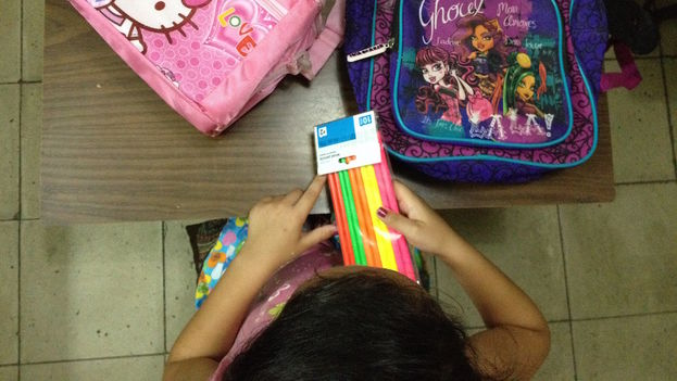 A girl getting her supplies ready for the new school year. (14ymedio)