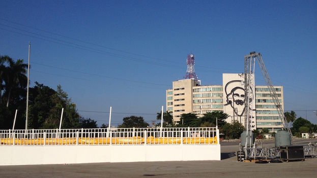 Works in progress to build the altar for the Pope in the Plaza of the Revolution in Havana. (Luz Escobar)